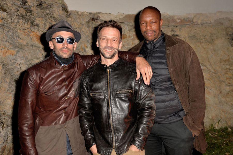 L'artiste JR, Mathieu Kassovitz et Oxmo Puccinolors de la soirée Magnum à Cannes, le 15 mai 2019