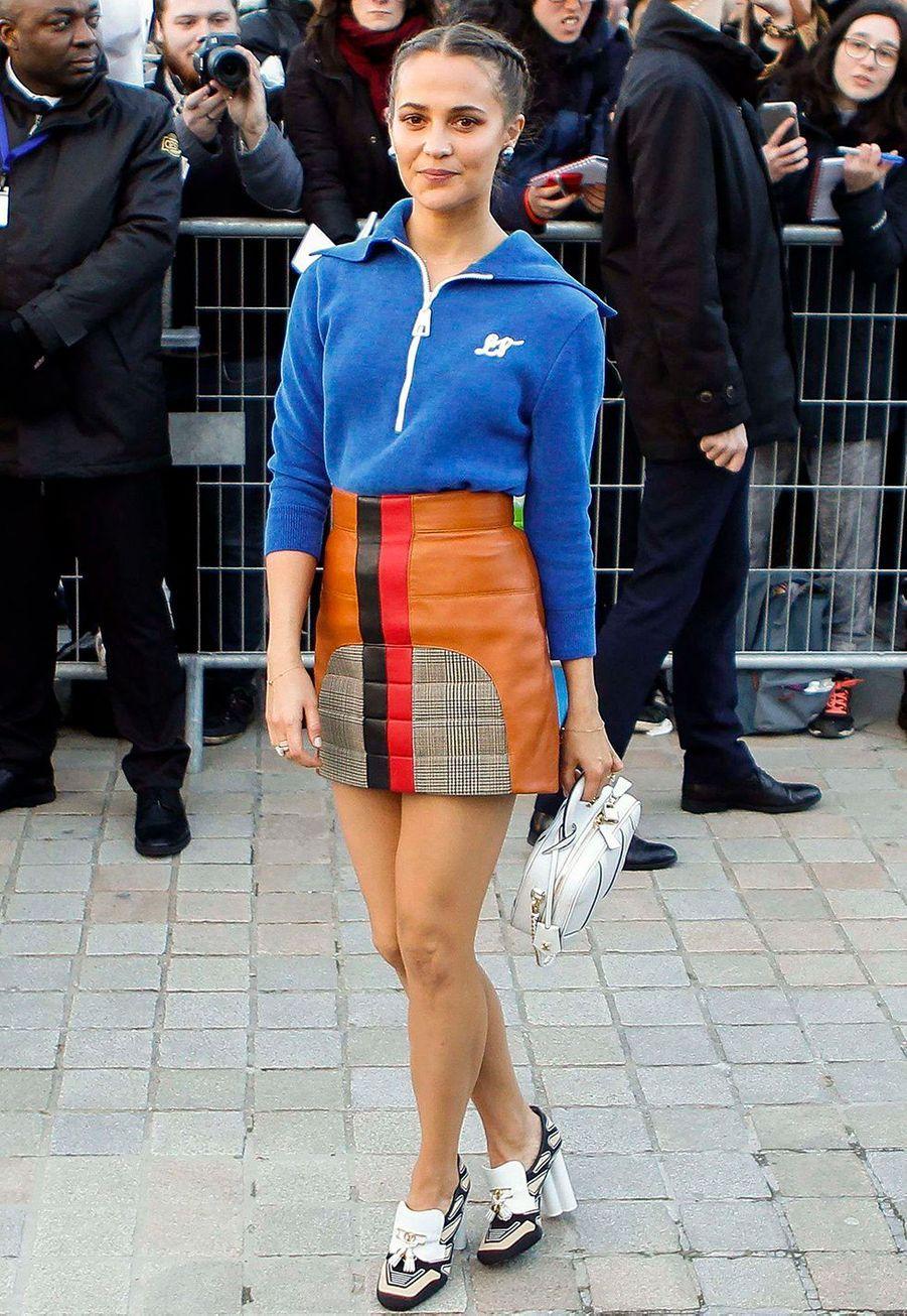 Alicia Vikanderau défilé prêt-à-porter automne-hiver 2020-2021 Louis Vuitton à Paris le 3 mars 2020.