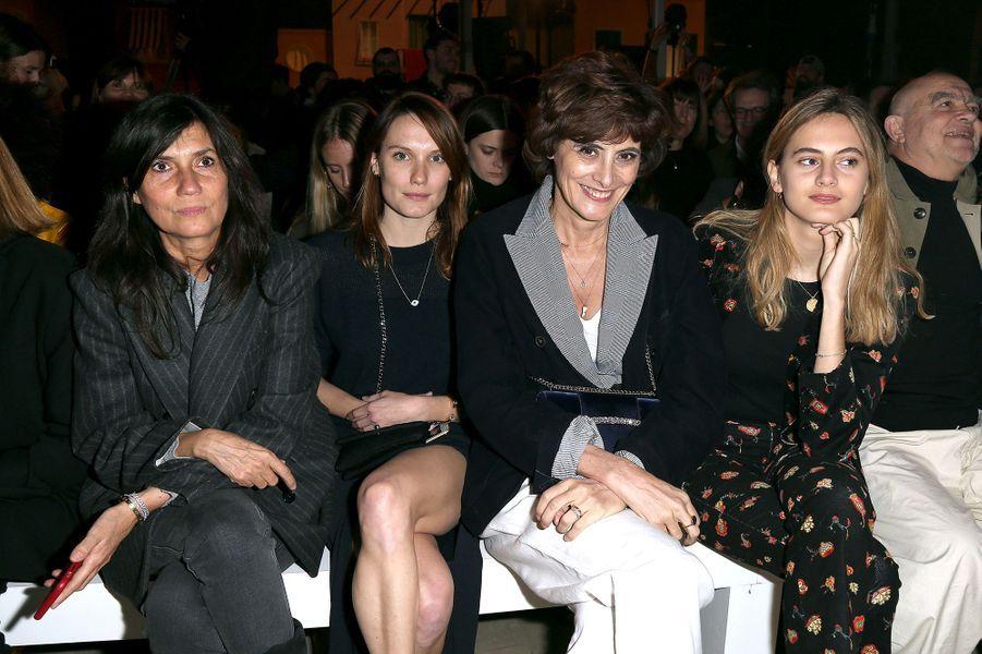 Emmanuelle Alt, Ana Girardot, Inès de la Fressange et Violette d'Ursoau défilé Jacquemus lors de la Fashion Week de Paris le 26 février 2019