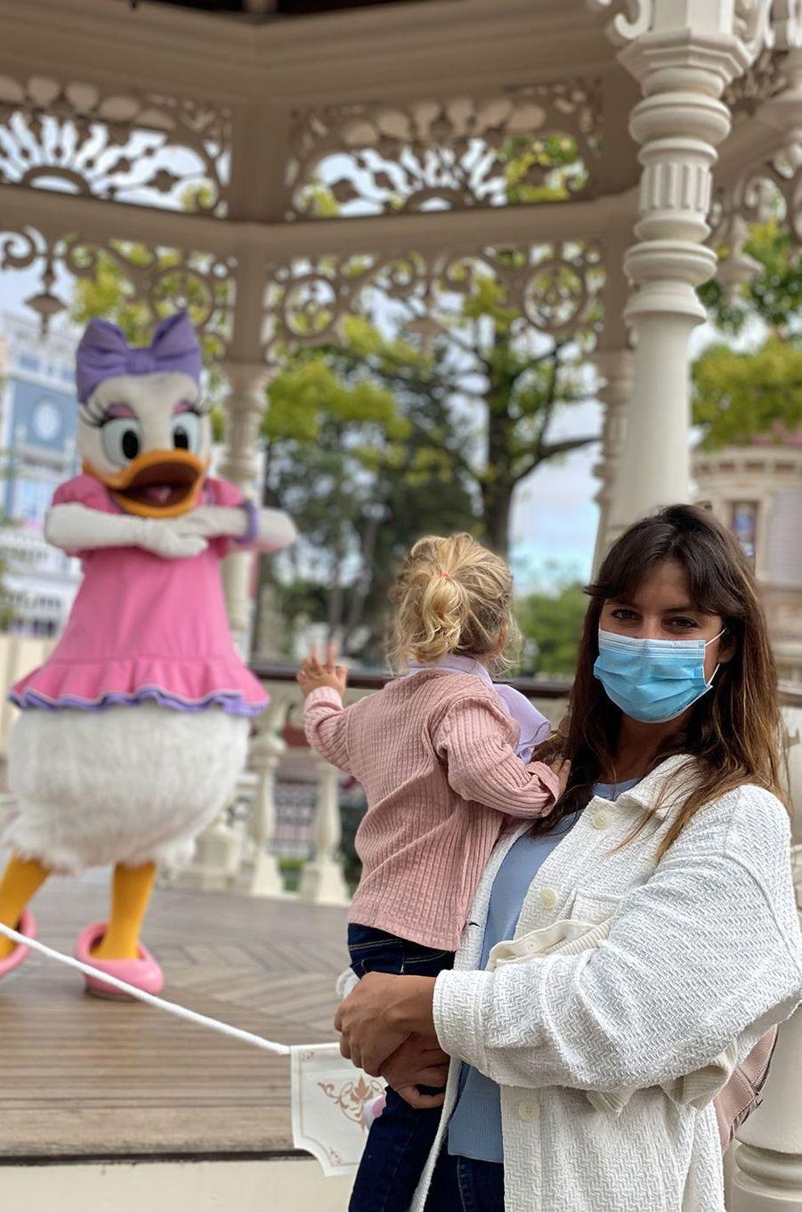 Laetitia Milot et sa fille Lyanaen visite à Disneyland Paris