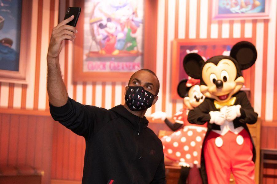 Tony Parkeren visite à Disneyland Paris