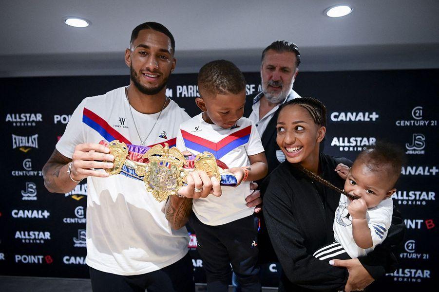 Tony Yoka, Estelle Mossely et leurs fils Ali et Magomedà Paris La Défense Arena le 24 septembre 2020