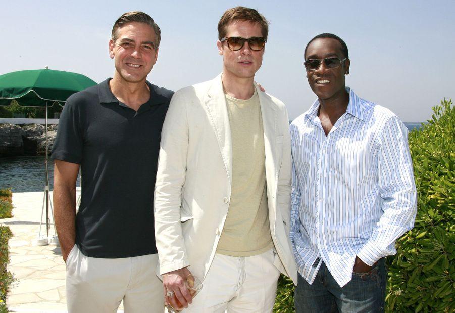 Brad Pitt avec George Clooney et Don Cheadle au photocall du film «Ocean's 13» au Festival de Cannes le 23 mai 2007