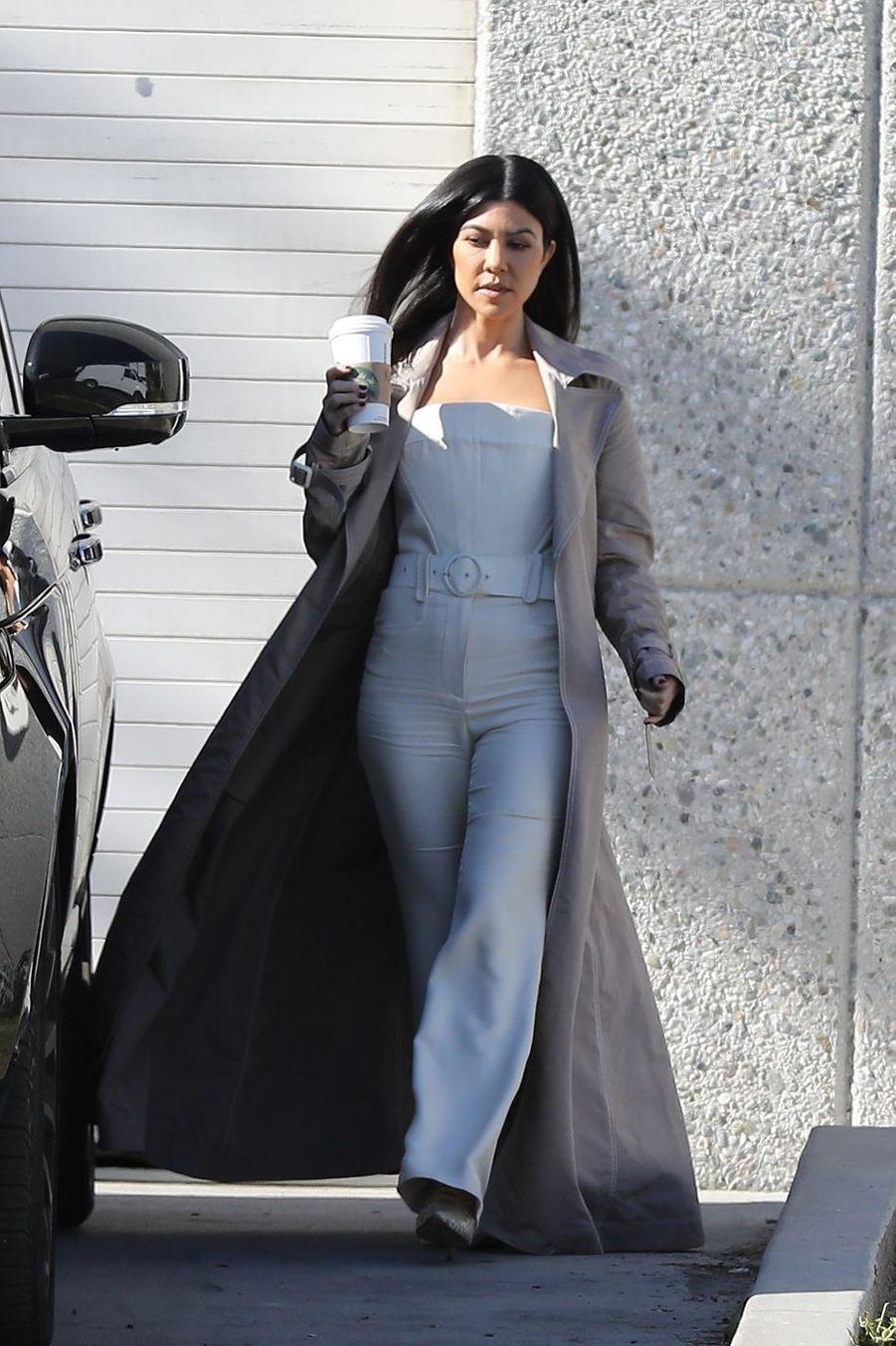 Kourtney Kardashian à la sortie des bureaux de son beau-frère Kayne West à Calabasas, le 19 février 2019