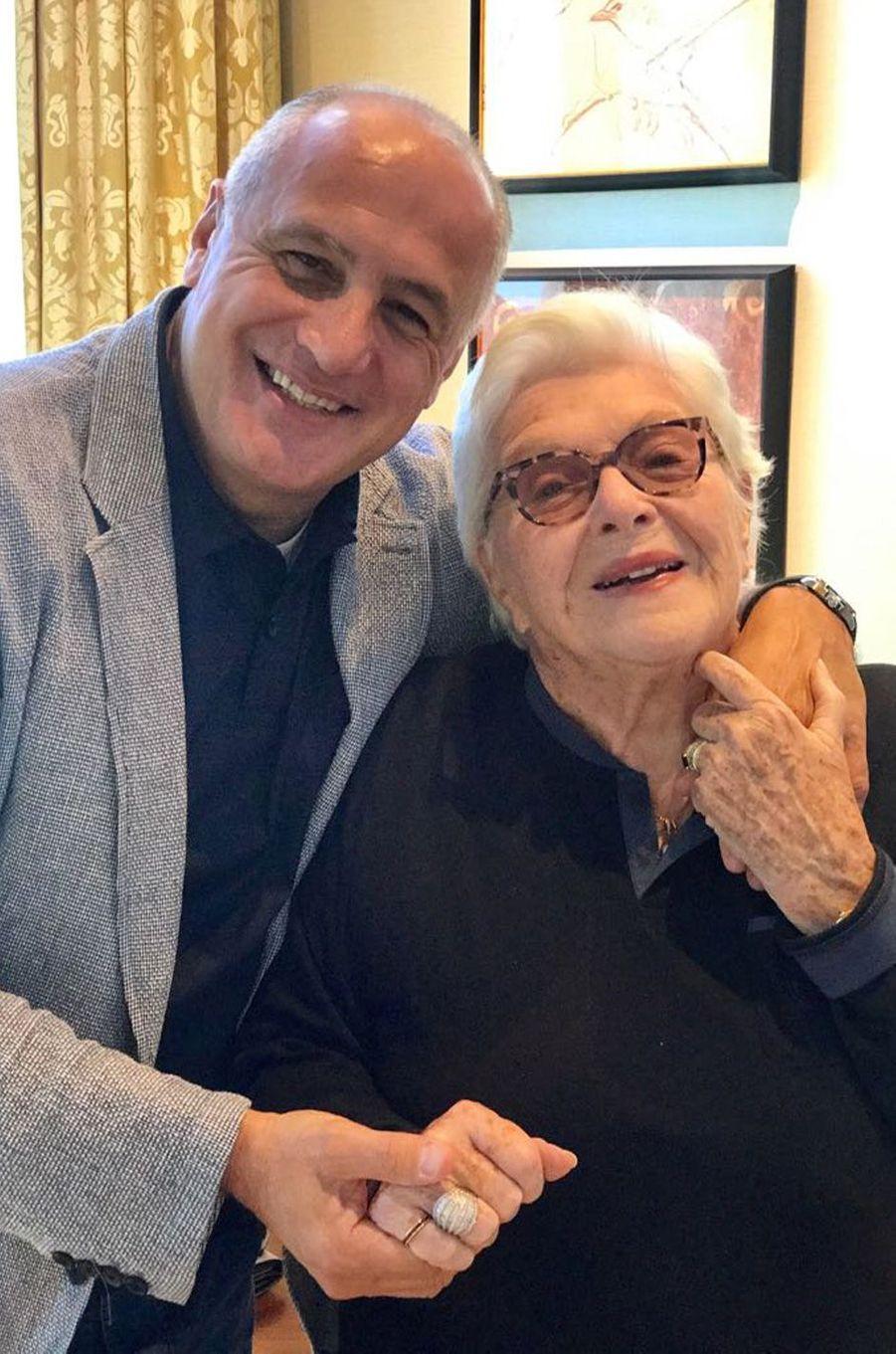 Marcel Ghanem, journaliste vedette du Liban, étaità Vegas pour une convention. Quand il a appris que Line Renaud y était aussi, il a demandé à la voir. Il était très ému de rencontrer l'actrice, qui s'imagine déjà jouer au théâtre au Liban.