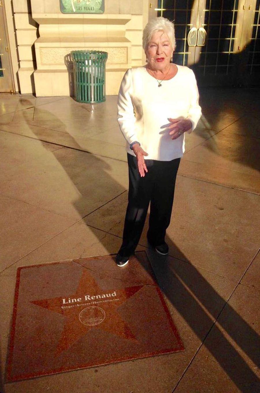 Line Renaud devant l'hôtel Paris Las Vegas. La seule étoile, c'est la sienne.