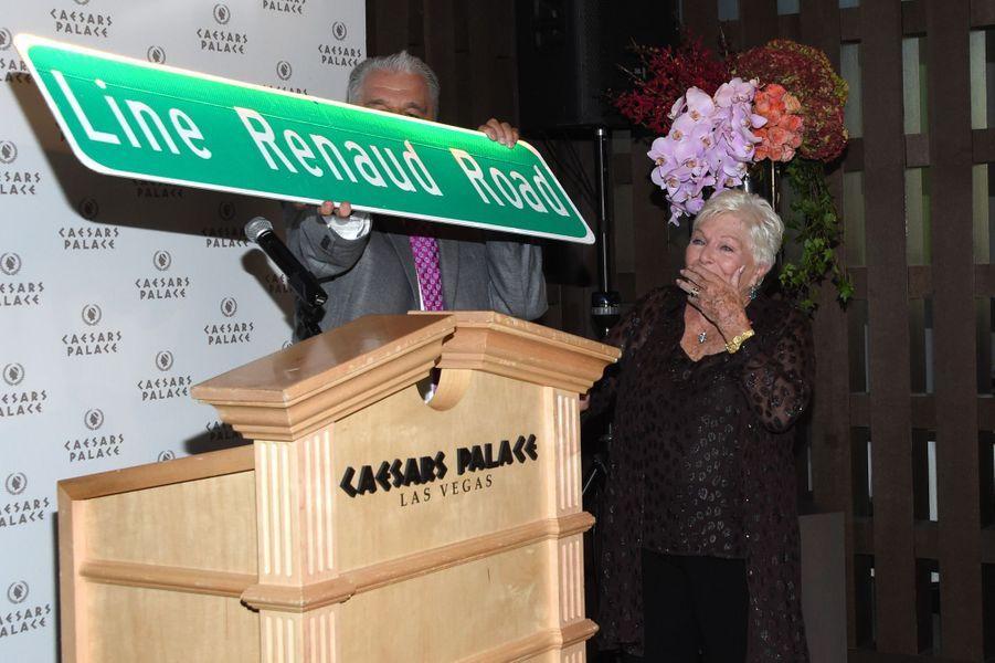 Line Renaud reçoit en cadeau la pancarte de sa rue, offerte par Gary Selesner, président de Caesars Palace.