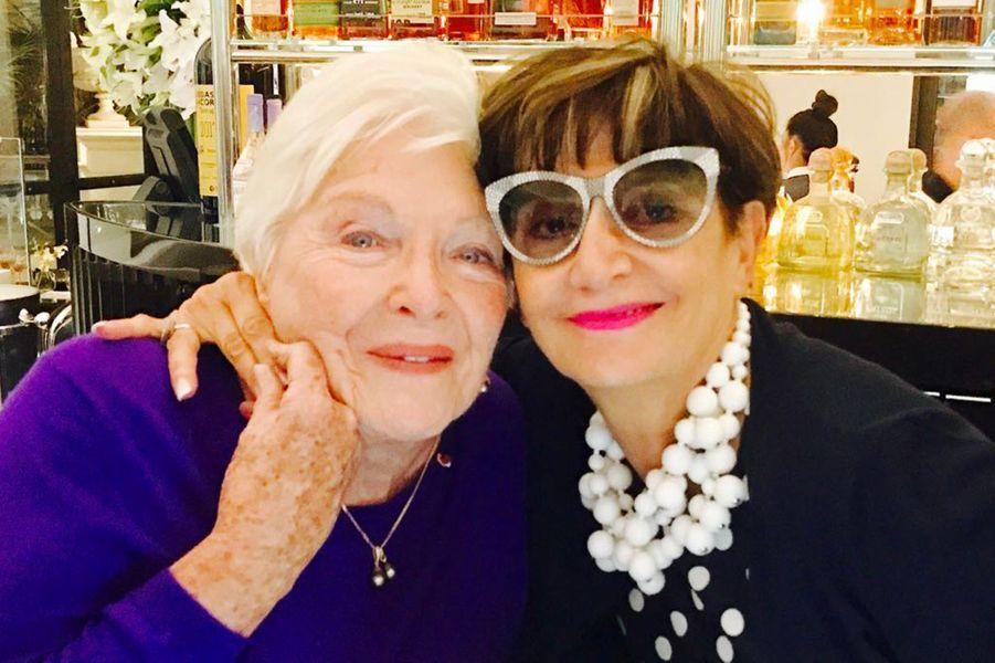 Avec son amie Marie Tabet, vice-présidente du Moyen Orient et des opérations européennes du Caesars Palace. Elle s'est occupée de Line Renaud pendant son séjour.