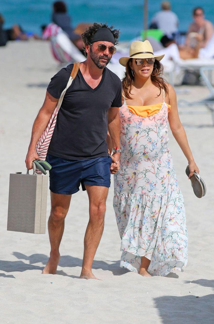 Très enceinte, Eva Longoria radieuse sur une plage à Miami