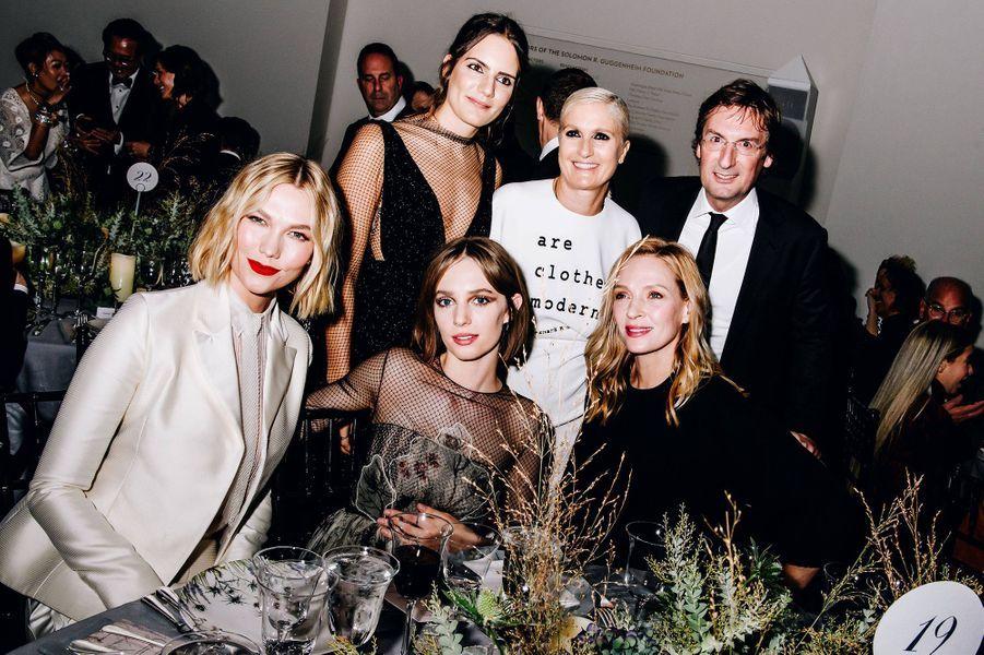 Karlie Kloss, Rachele Regini, Maria Grazia Chiuri, Pietro Beccari, Uma Thurman et Maya Hawkelors du gala international duGuggenheim le 14 novembre 2019 à New York.