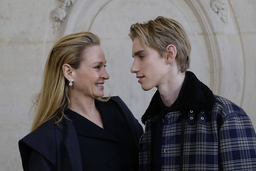 Uma Thurman et son fils Levon Thurman Hawke lors du défilé DiorHaute Couture printemps-été 2020, qui a eu lieu au Musée Rodin lundi 20 janvier 2020.