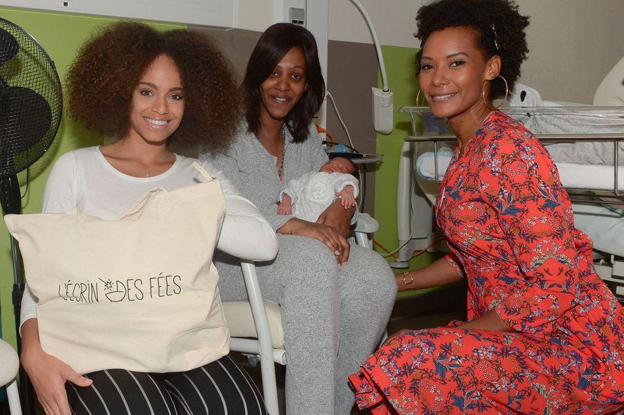 Alicia Aylies et Corrine Coman en visite à l'hôpital de Poissy