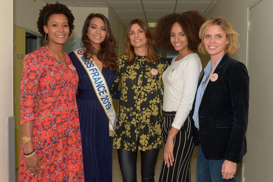 Vaimalama Chaves, avec Alicia Aylies, Sophie Thalmann Corrine Coman et Silvie Tellier, en visite à l'hôpital de Poissy