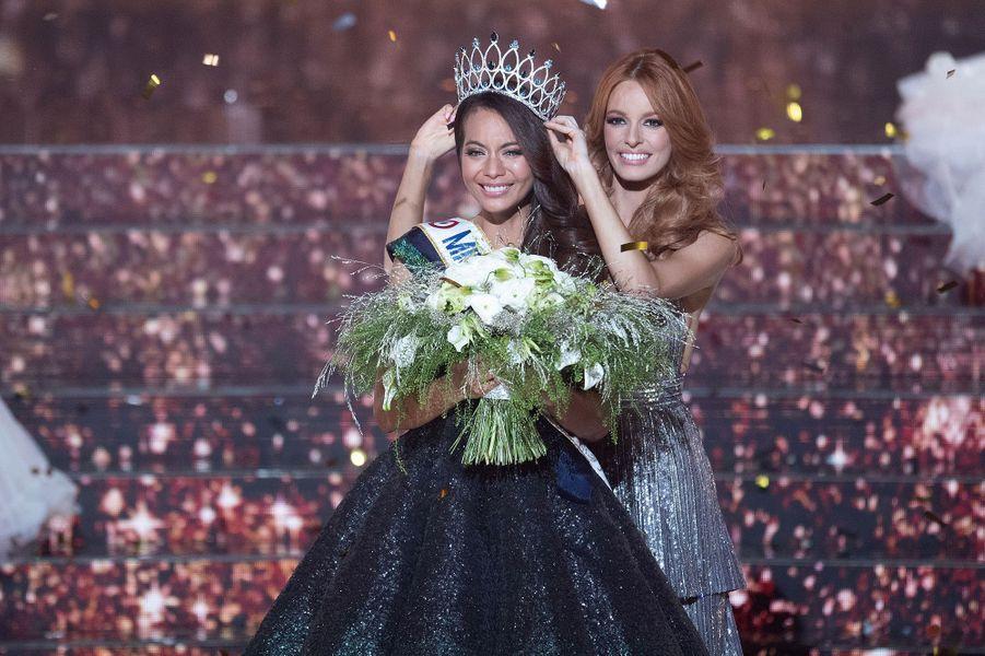 Vaimalama Chaves est couronnée Miss France 2019 par Maëva Coucke à Lille le 15 décembre 2018.