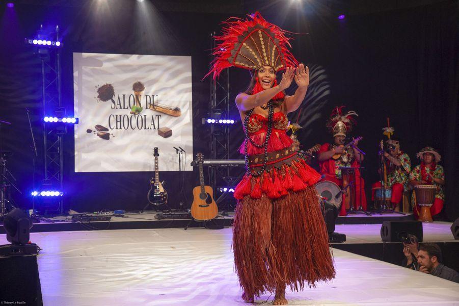 Vaimalama Chaves execute une danse tahitienne traditionnelle pourla soiree inaugurale du salon du chocolat à Paris, le 29 octobre 2019.