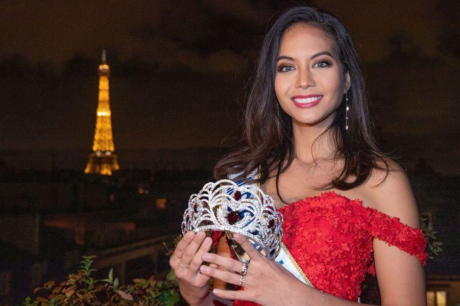 Vaimalama Chaves présente la couronne de Miss France 2020 à Paris le 7 novembre 2019.
