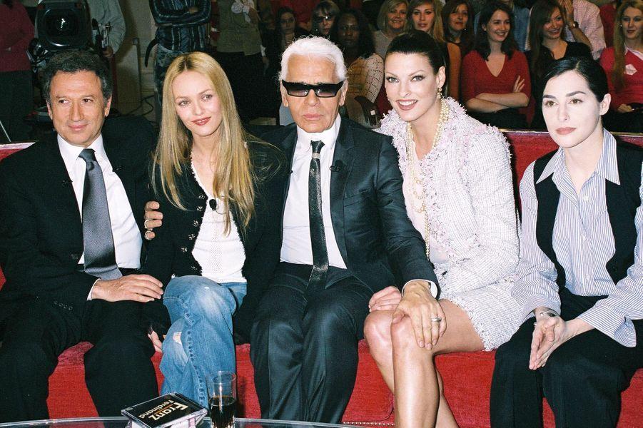 """Michel Drucker, Vanessa Paradis, Karl Lagerfeld, Linda Evangelista et Amira Casar sur le plateau de l'émission """"Vivement dimanche"""" en 2004"""