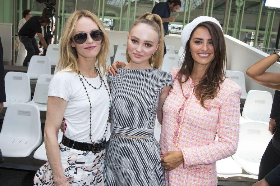 Vanessa Paradis, Lily-Rose Depp et Penélope Cruz au défilé Chanel Haute Couture à Paris le 3 juillet 2018
