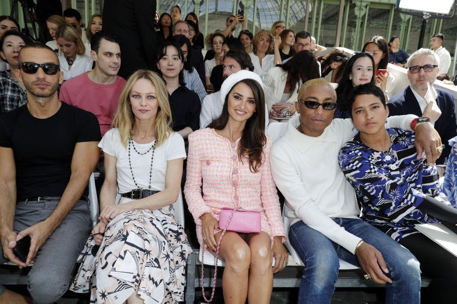 Vanessa Paradis, Penélope Cruz, Pharrell William et sa femme au défilé Chanel Haute Couture à Paris le 3 juillet 2018
