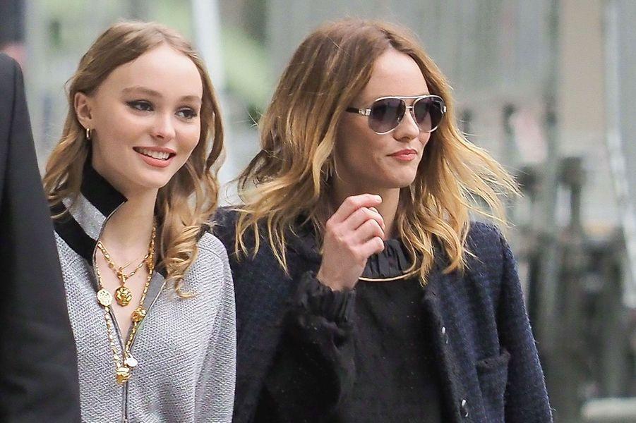 Lily-Rose Depp et Vanessa Paradis arrivent au défilé Chanel.