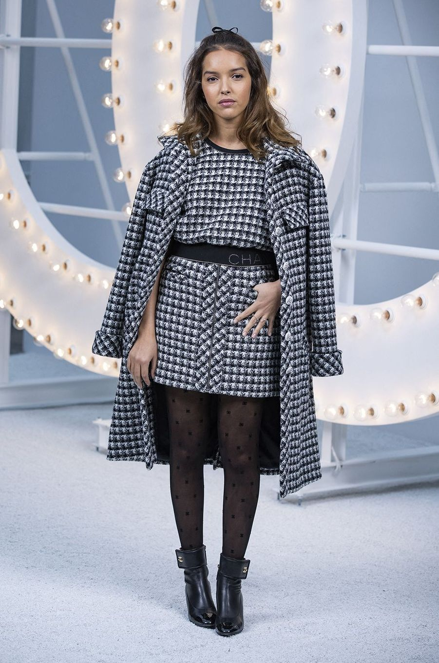 Lyna Khoudri au défilé Chanel lors de la Fashion Week à Paris le 6 octobre 2020