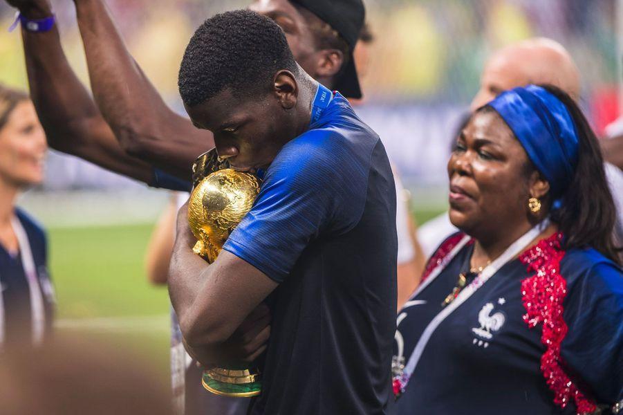 Paul Pogba et sa mère Yeo après la victoire des Bleus le 15 juillet 2018 à Moscou