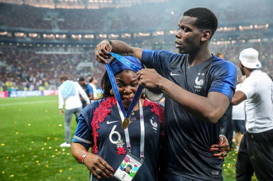 Paul Pogba avec sa mère Yeo après la victoire des Bleus le 15 juillet 2018 à Moscou