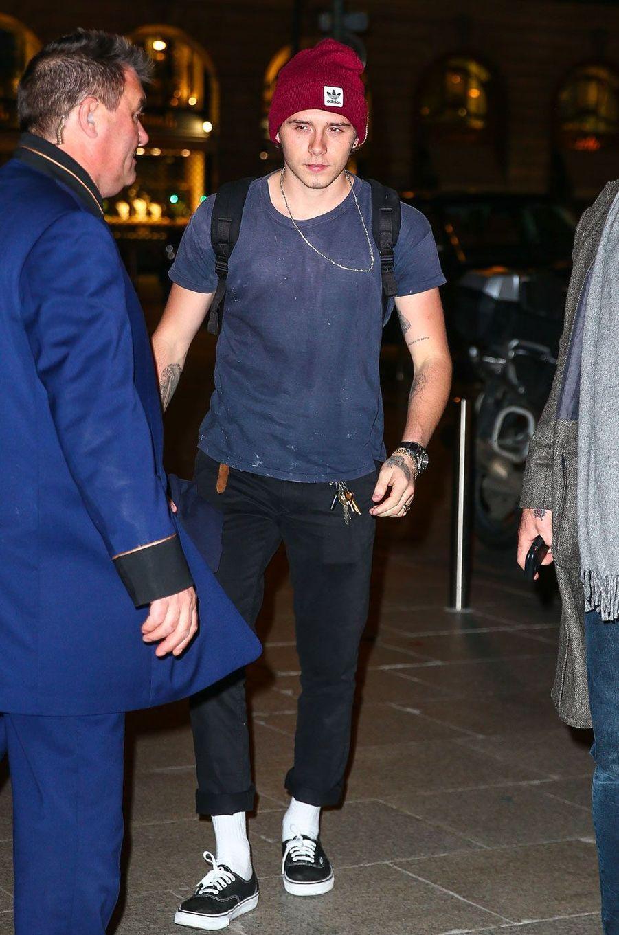 Brooklyn Beckham sortant de la boutique Louis Vuitton à Paris le 17 janvier 2018