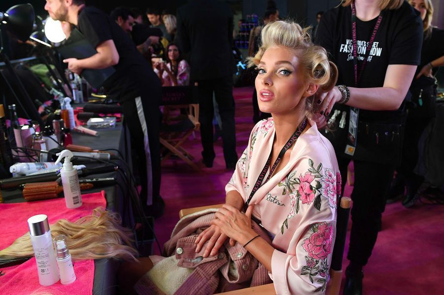 Elsa Hosk en coulisses du défilé Victoria's Secret à Shanghai