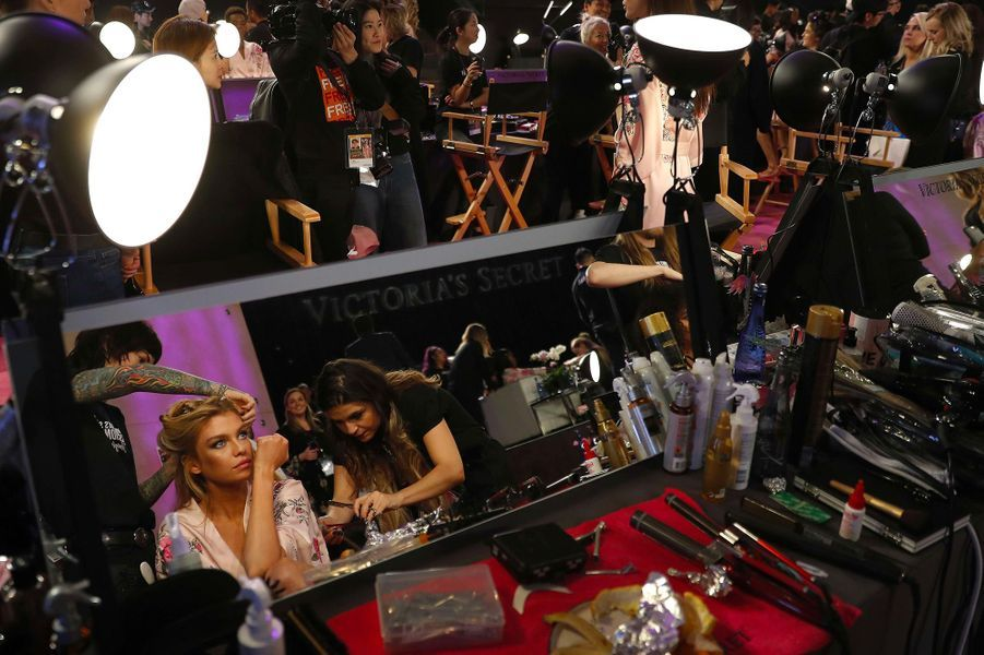 Stella Maxwell en coulisses du défilé Victoria's Secret à Shanghai