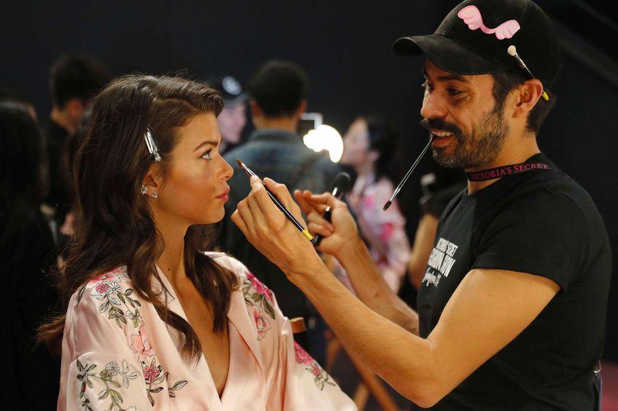 Georgia Fowler en coulisses du défilé Victoria's Secret à Shanghai