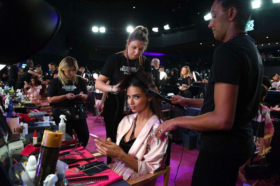 Adriana Lima en coulisses du défilé Victoria's Secret à Shanghai