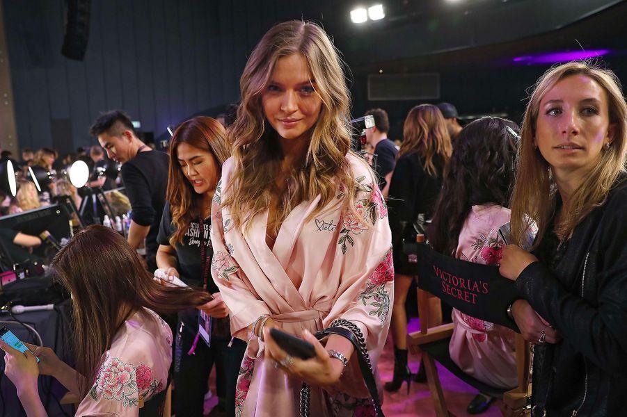 Josephine Skriver en coulisses du défilé Victoria's Secret à Shanghai