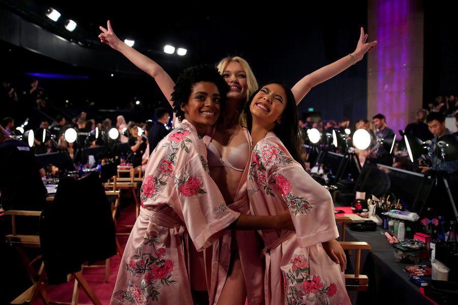 Alecia Morais, Maggie Lane et Xiao Wen en coulisses du défilé Victoria's Secret à Shanghai