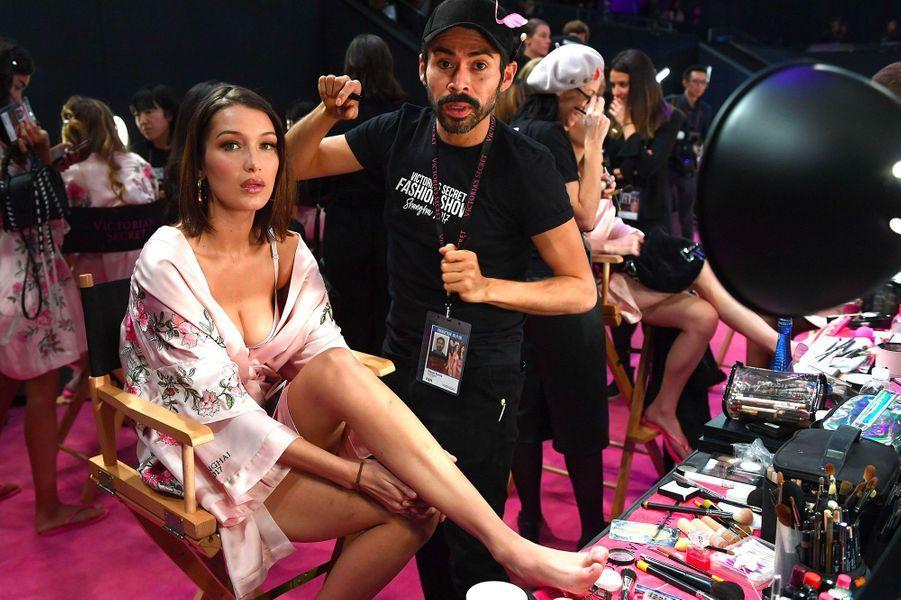 Bella Hadid en coulisses du défilé Victoria's Secret à Shanghai