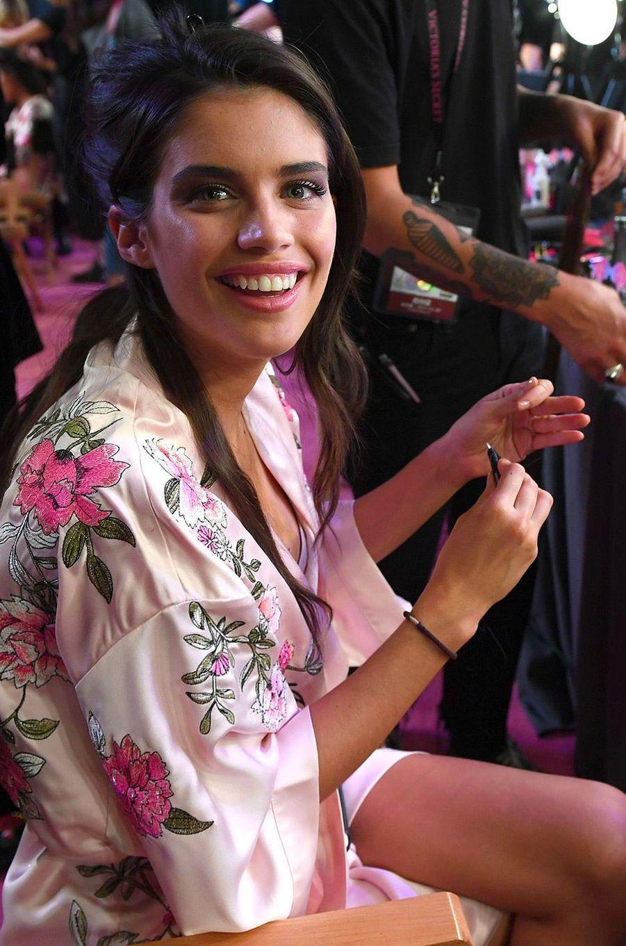 Sara Sampaio en coulisses du défilé Victoria's Secret à Shanghai
