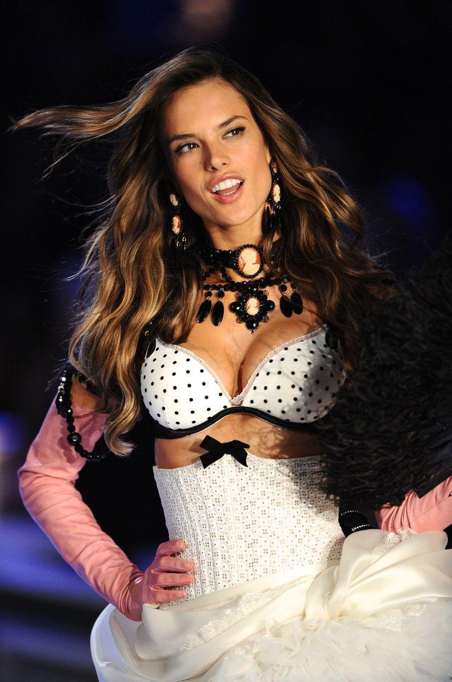 Alessandra Ambrosio était enceinte alors qu'elle défilait pour le show Victoria's Secret en 2011