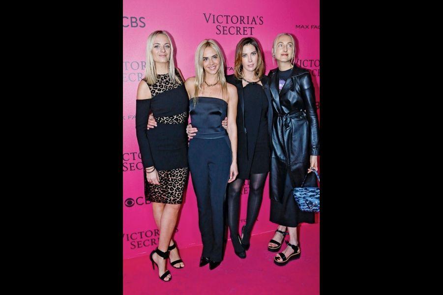 Sur le tapis rose de Victoria's Secret, Virginie, Claire et Jenna Courtin- Clarins avec leur cousine Prisca (3e à g.).