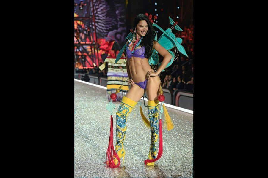 La Brésilienne Adriana Lima joue les papillons de Chine.