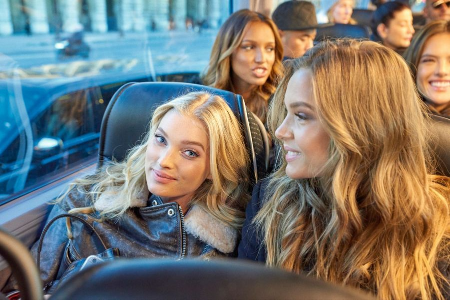 En route pour le Trocadéro, à 9 heures du matin : derrière Elsa Hosk et Josephine Skriver, Jasmine Tookes et Alessandra Ambrosio.
