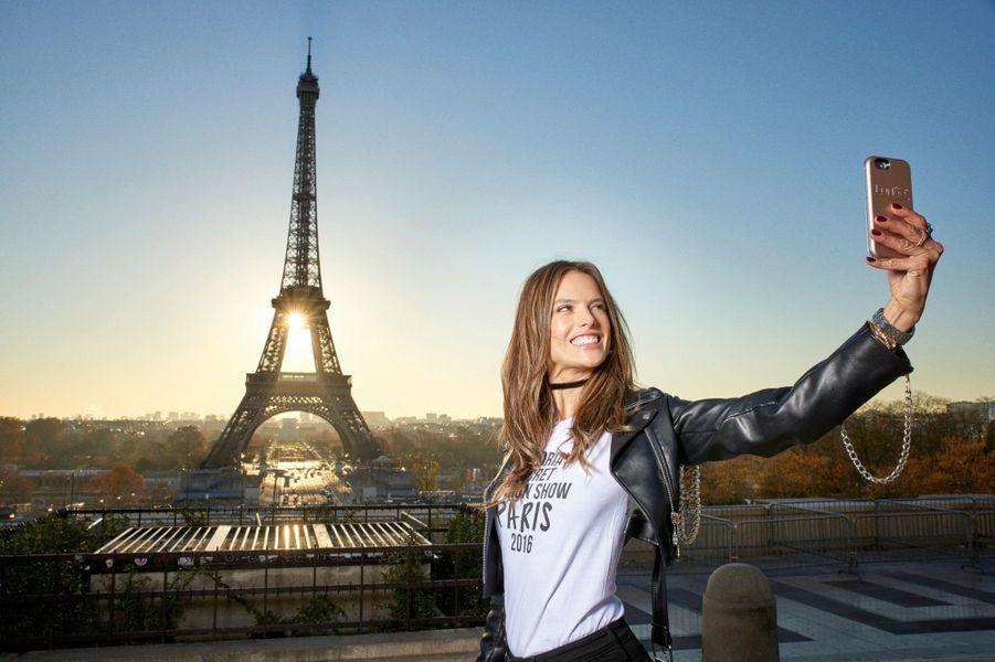 Alessandra Ambrosio et la tour Eiffel : 2 deux stars pour un selfie.