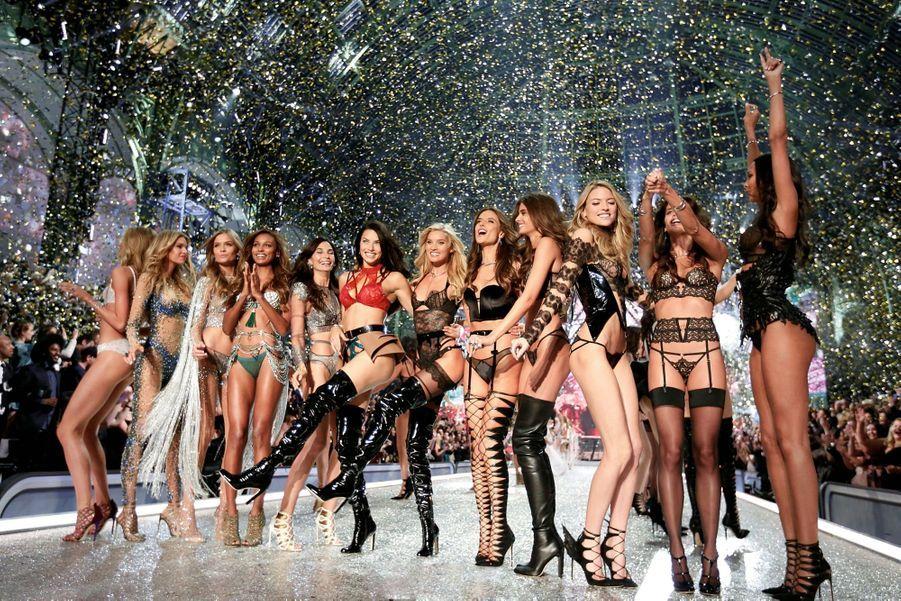 Les douze anges de Victoria's Secret revisitent le french cancan pour le fi nal du défi lé parisien, mercredi 30 novembre.