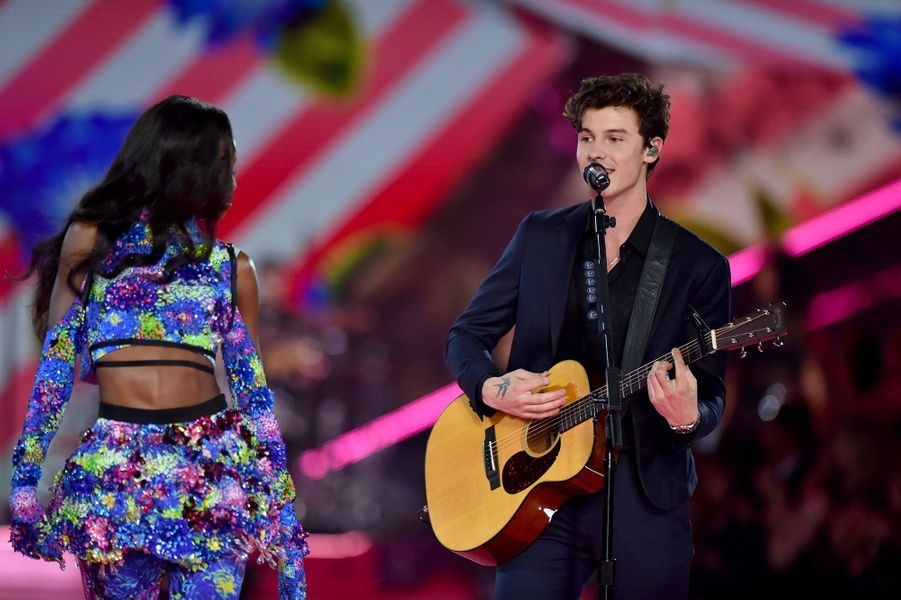 Shawn Mendes chante au défilé Victoria's Secret 2018, à New York