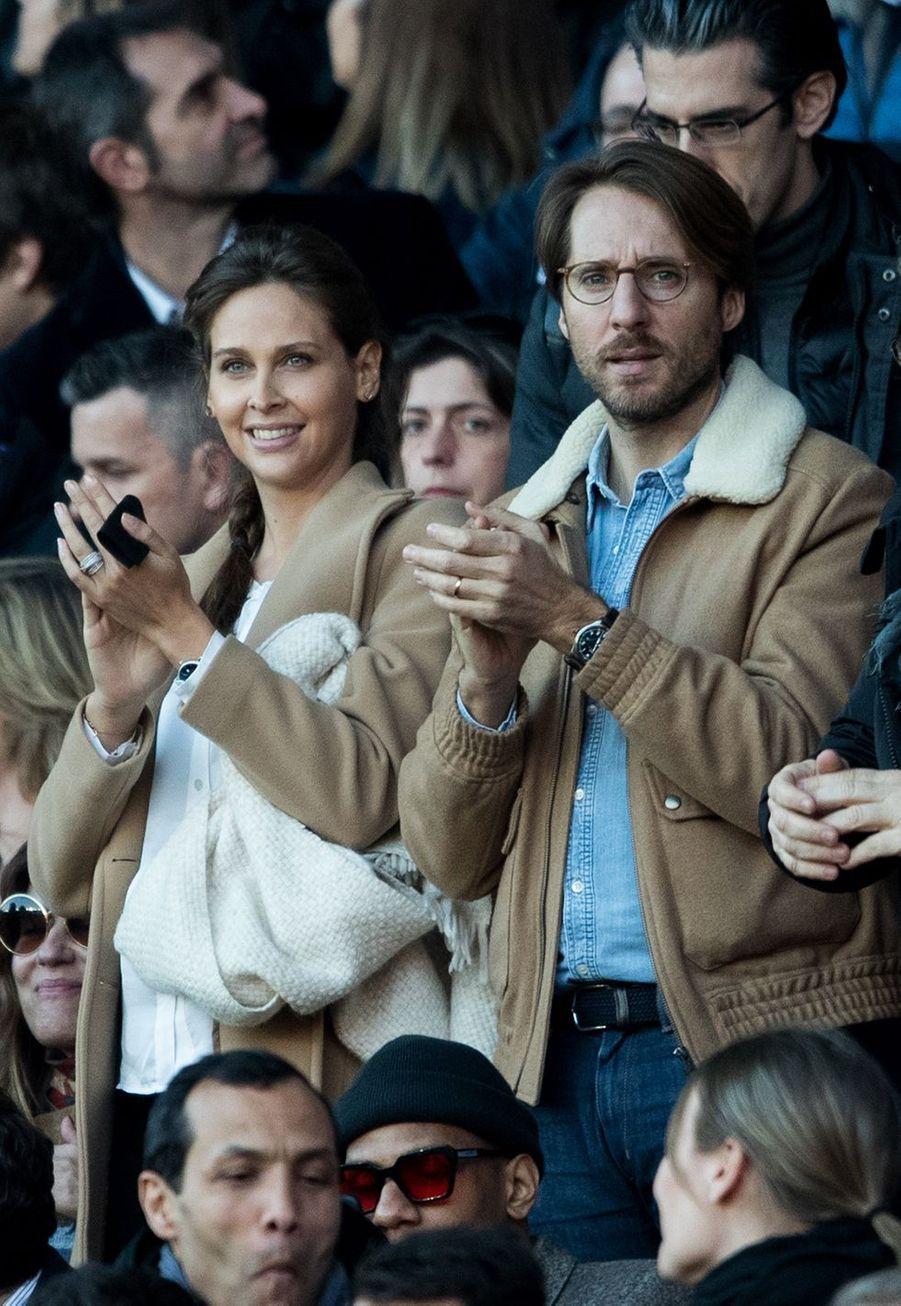 Ophelie Meunier et son mari Mathieu Vergnedans les tribunes du Parc des Princes, le dimanche 17 mars
