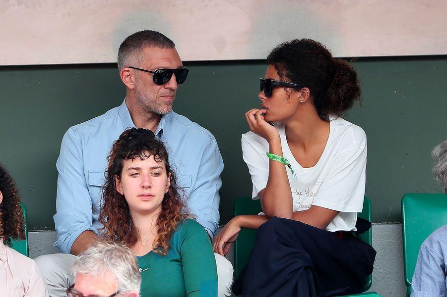 Vincent Cassel et Tina Kunakey dans les tribunes de Roland-Garros, jeudi 31 mai