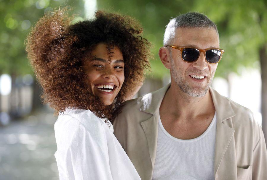 Vincent Cassel et Tina Kunakey au défilé prêt-à-porter hommes Louis Vuitton à Paris en juin 2018