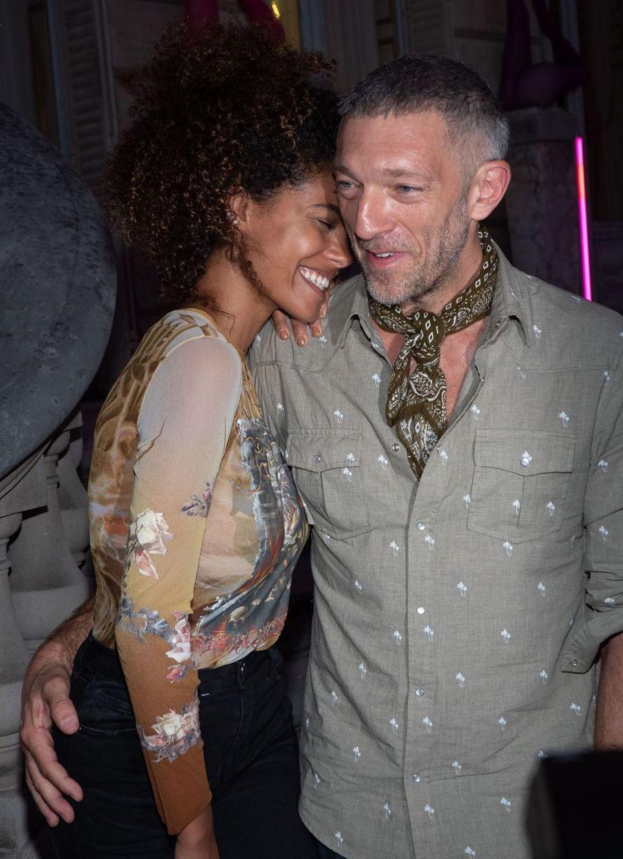 Vincent Cassel et Tina Kunakey à Paris lors de la Fashion Week en juillet 2018