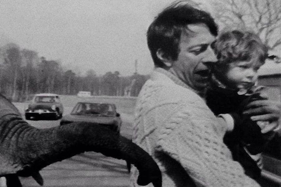 Vincent Cassel, dans les bras de son père Jean-Pierre Cassel, quand il était enfant