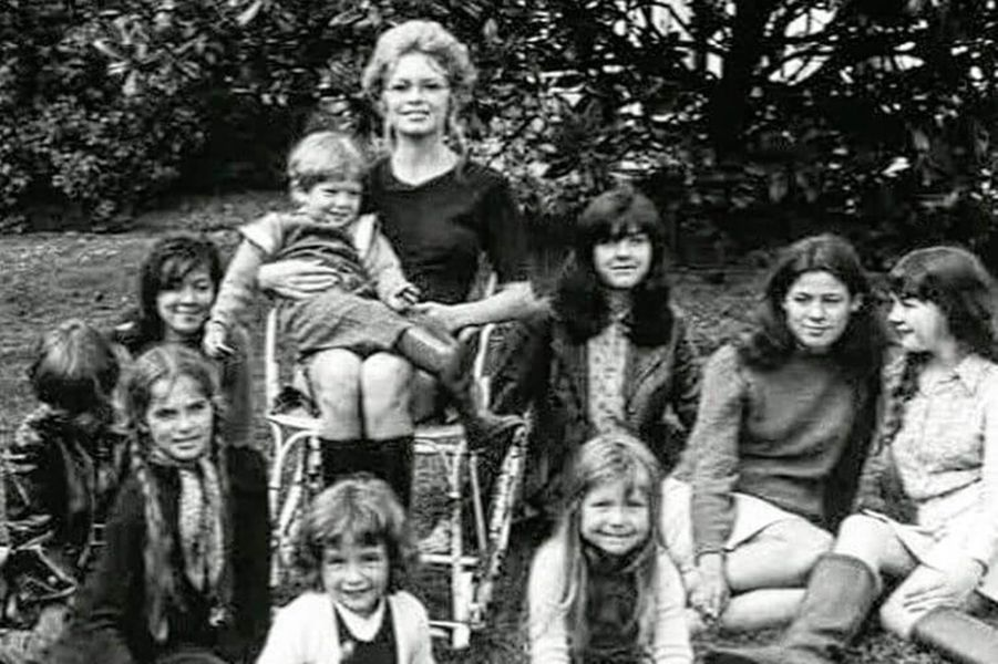 Vincent Cassel, sur les genoux de Brigitte Bardot, quand il était enfant