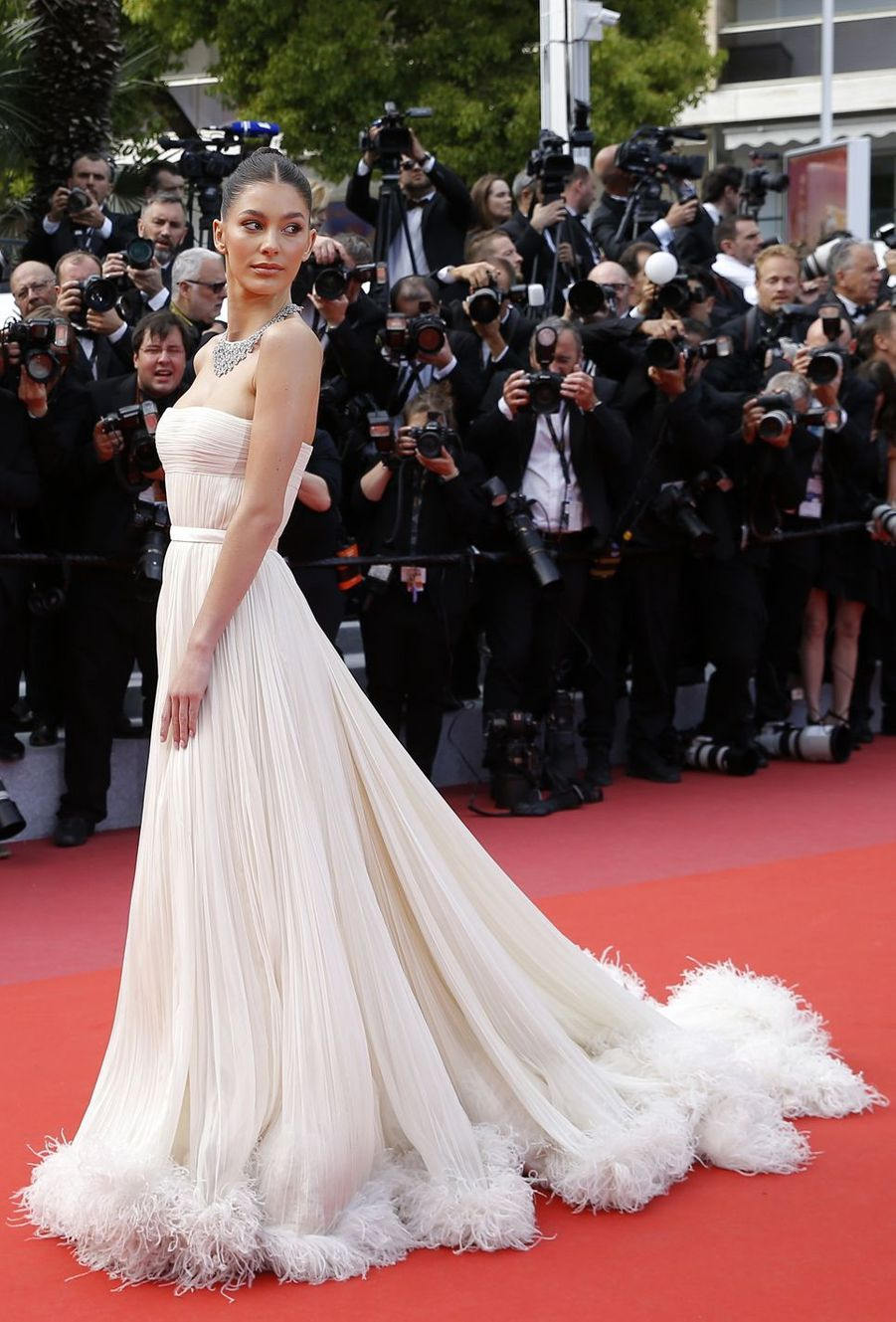 Camila Morrone lors de la montée des marches du film «Once Upon A Time In Hollywood» à Cannes le 21 mai 2019